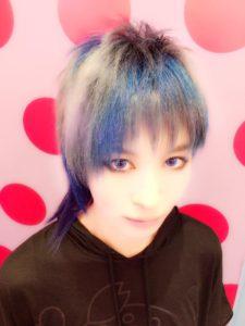 AKIRA BLUE SILVER!ケラモデルのAKIRAさん来てくれました。元々のブリーチ毛を二回ブリーチして、ブルー二色、シルバー二色のメッシュをいれました!久々のおまかせで気合が入りました!
